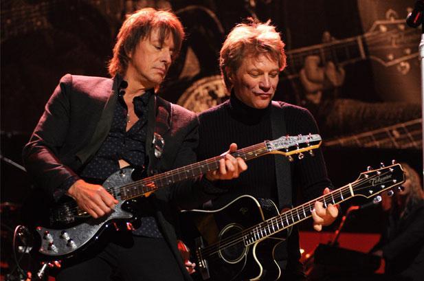 BON JOVI - Page 2 Richie-sambora-bon-jovi-12-12-12-concert-617-409